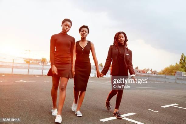 teenage girls walking in parking lot - ado minijupe photos et images de collection