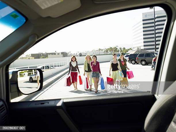 adolescentes meninas (17-19) caminhada de veículos no estacionamento - girls with short skirts - fotografias e filmes do acervo