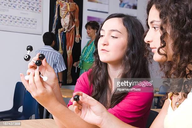 Teenager Mädchen Arbeiten im science lab mit Chemie-Modelle
