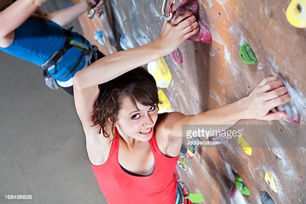 Teenager indoor-Klettern