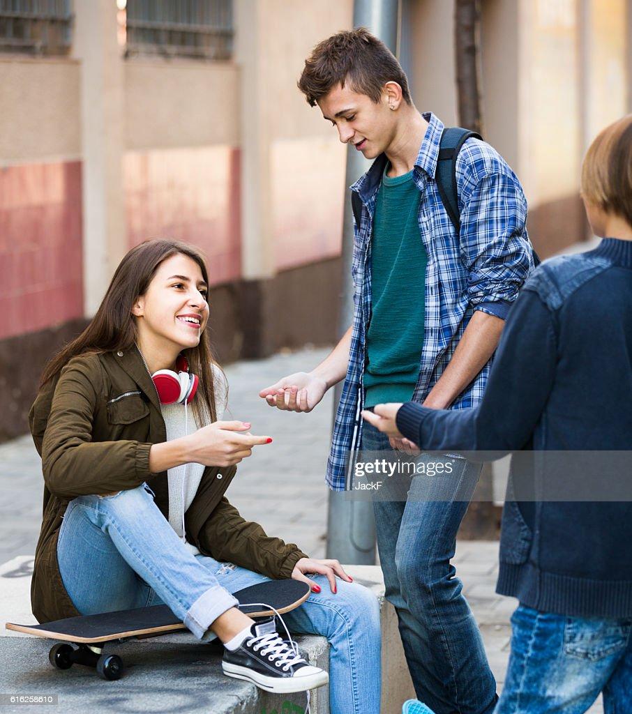 Chica adolescente de sexo masculino y hablando : Foto de stock