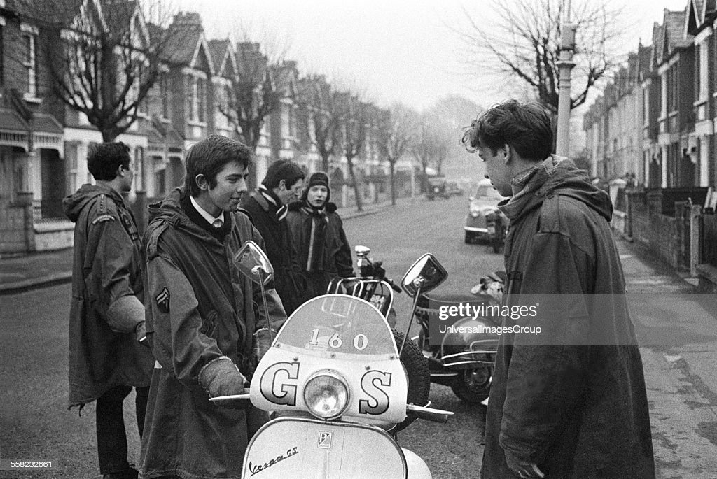 Teenage mods in parkas, on their Vespa scooters, London 1964 : News Photo