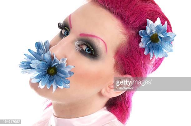 transexual MTF adolescente com Flor na boca.