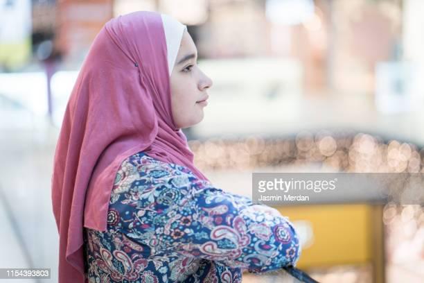 teenage muslim girl in shopping mall - イラン人 ストックフォトと画像