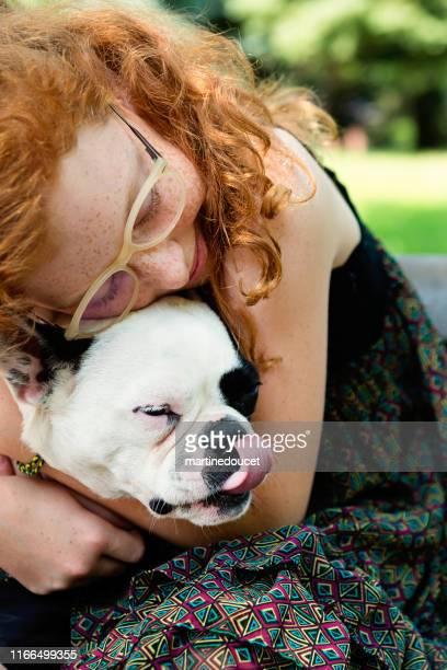 """teenage rothaarige mädchen in einem park mit einem hund - """"martine doucet"""" or martinedoucet stock-fotos und bilder"""