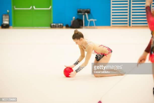 Gymnastique rythmique Teenage athlètes pratiquant