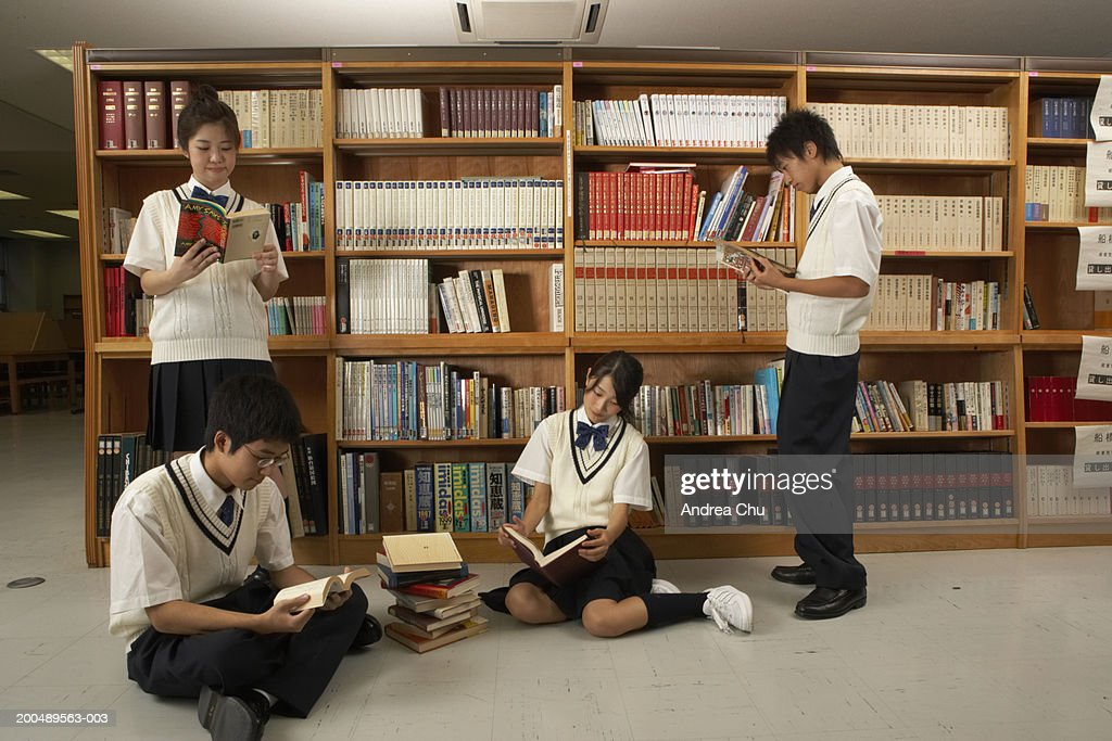 teenage students reading books in library ストックフォト getty images