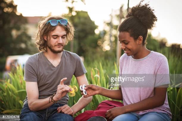 Jugendliche Studenten Spinnen zappeln, Spinner und Spaß