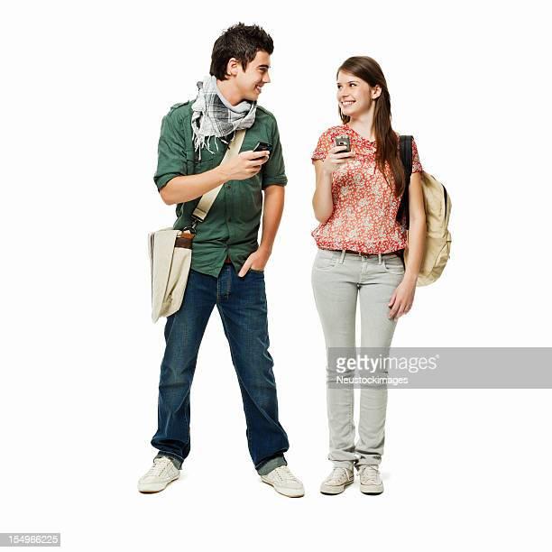 Adolescente estudiantes utilizando Cellphones aislado