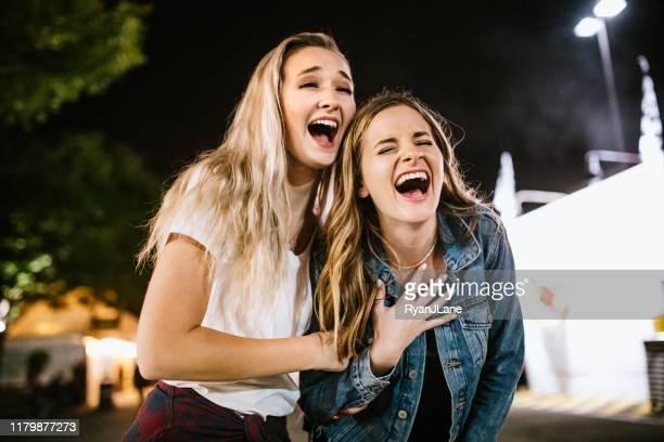 grupo do amigo das mulheres adolescentes que aprecia o estado justo - amizade feminina - fotografias e filmes do acervo