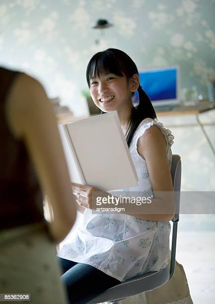 teenagegirl talking to her mother - 12歳から13歳 ストックフォトと画像