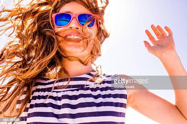 Adolescente contra el cielo azul