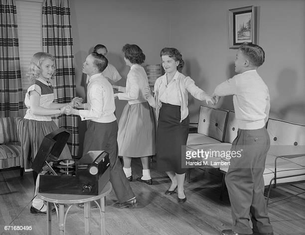 teenager and children performing in living room  - opslagmedia voor analoge audio stockfoto's en -beelden