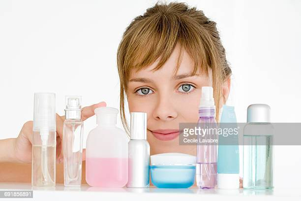 teenager choosing skincare products - pink tube photos et images de collection