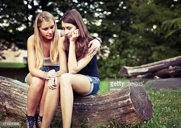 Adolescente reconfortante su amigo