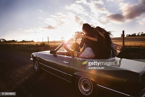 Jugendlicher Freunde umarmen Nation auf Ihren Ausflug ein Sonnenuntergang