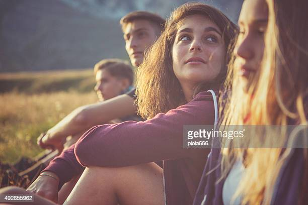Retrato de adolescente com amigos ao pôr do sol