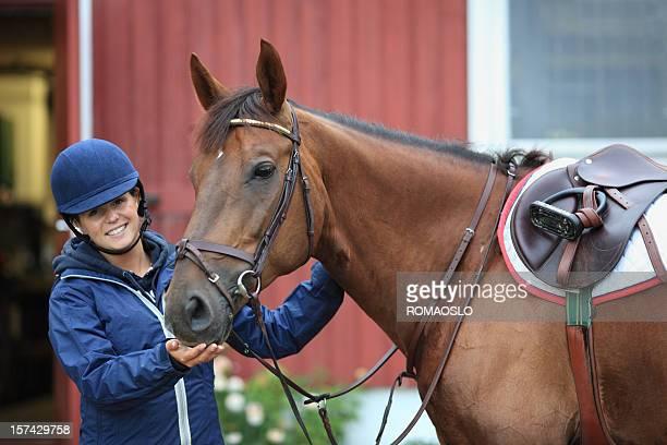 Adolescent Préparez-vous pour l'équitation, de la Norvège