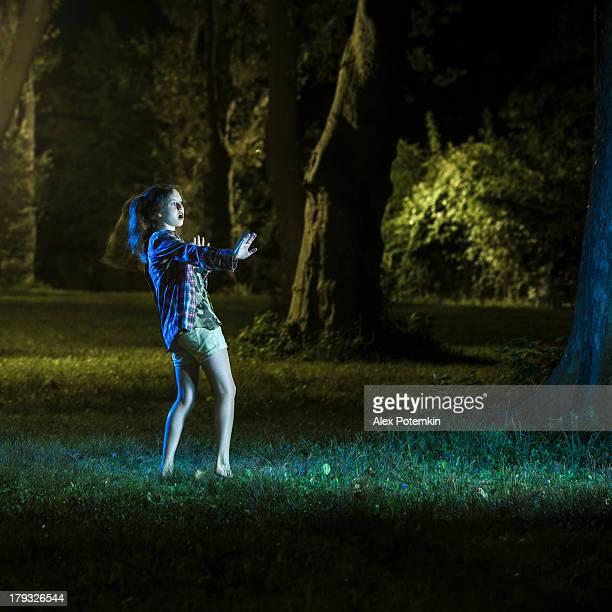 teenager-Mädchen haben Angst, etwas in der Nacht-park