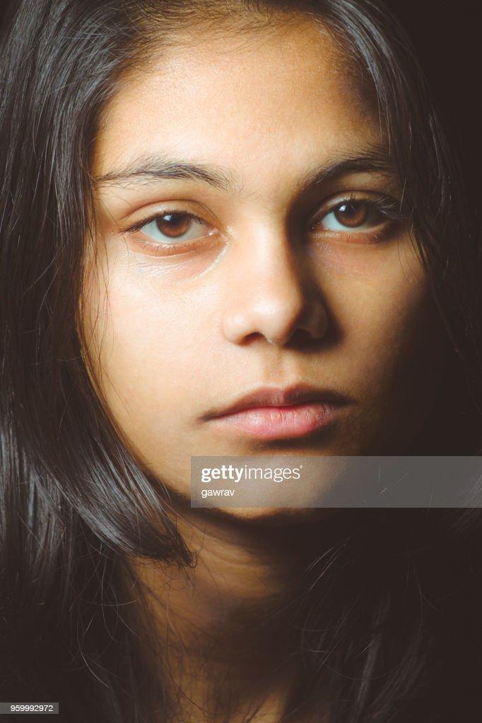 Teenager Mädchen betrachten und Blick in die Kamera. : Stock-Foto