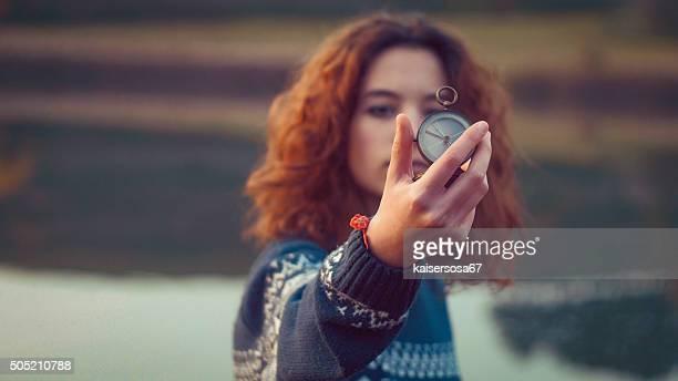 Teenager-Mädchen hält eine alte Kompass in der hand