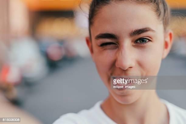 tiener meisje maken selfie en het maken van grimaces - 14 15 jaar stockfoto's en -beelden