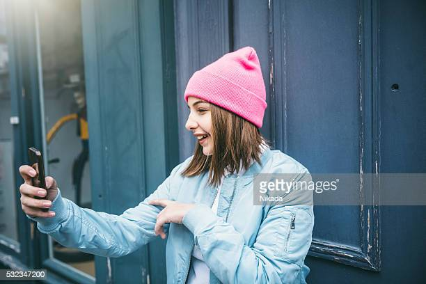 Adolescent fille prendre selfie