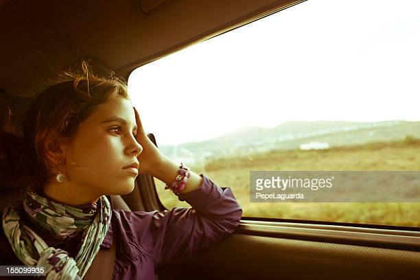 Teenager-Mädchen, die mit dem Auto