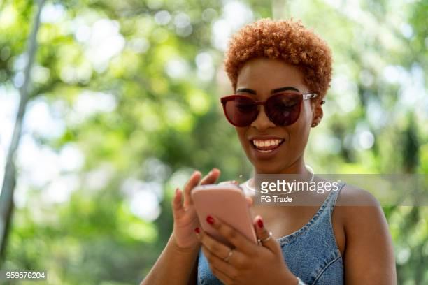 tiener meisje met mobiele - mobile stockfoto's en -beelden