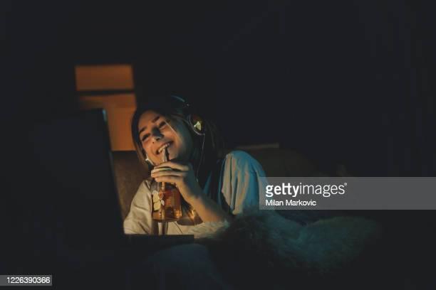 ragazza adolescente che guarda il film online - parte di una serie foto e immagini stock