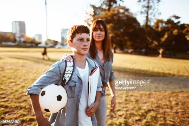 adolescente van a la escuela con mamá - mama futbol fotografías e imágenes de stock