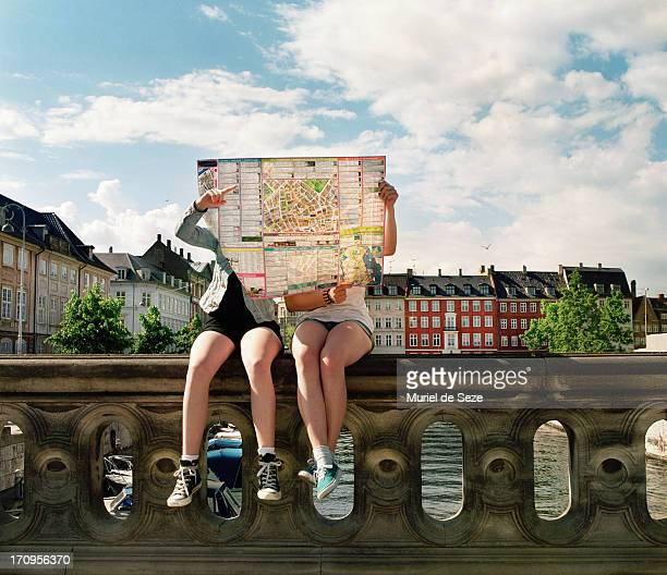teenager hidden by city map - toerisme stockfoto's en -beelden