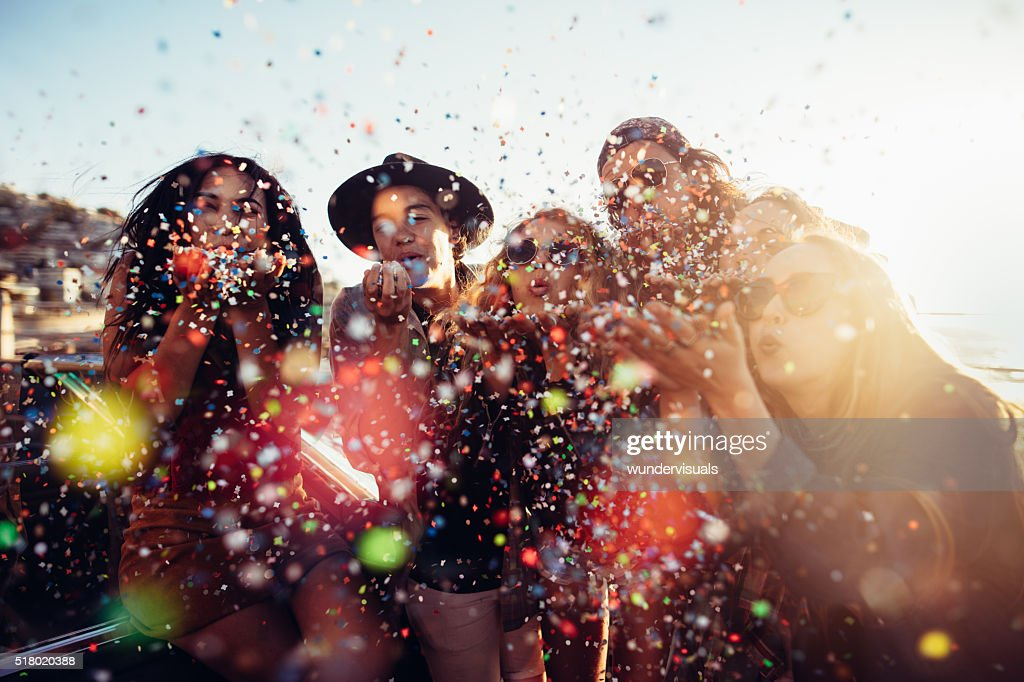 Jugendlicher hipster Freunde feiern von bunten Konfetti geblasen aus den Händen : Stock-Foto