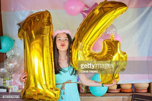 Teenager Holding 14 Number Balloons On Her Birthday Stock Foto