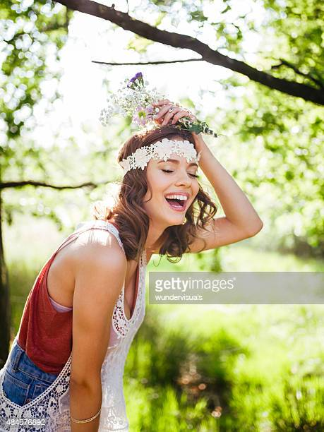 Adolescent dans un style bohème rire heureux dans le parc de l'été