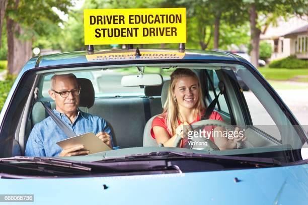 Adolescente en examen de licencia de conductores con el examinador en el coche