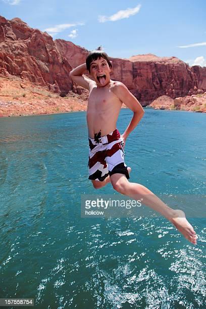 teenager jumping into lake - powellmeer stockfoto's en -beelden