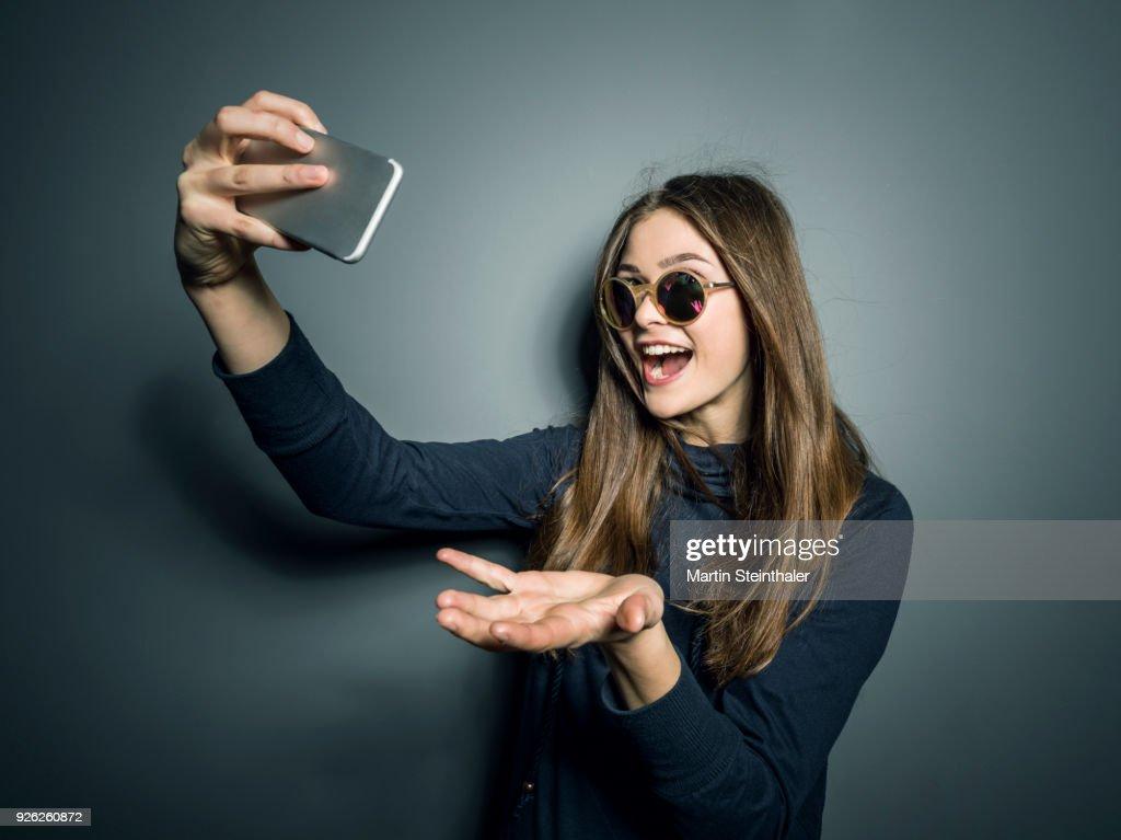 Teenager Mädchen macht Selfies mit Handy : Stock Photo