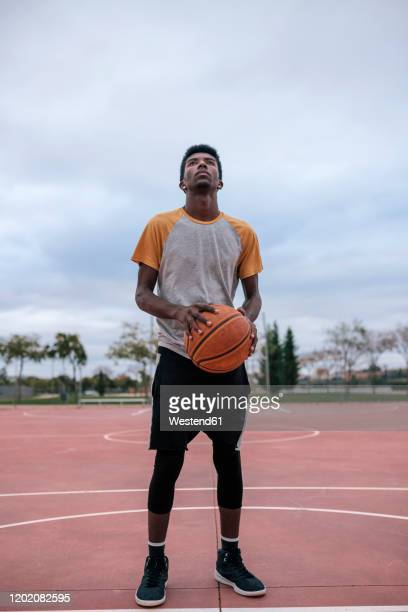 teenager playing basketball - basketball player stock pictures, royalty-free photos & images