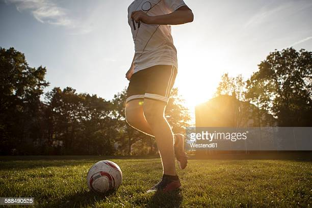 teenager playing soccer on soccer pitch - driblar esportes - fotografias e filmes do acervo