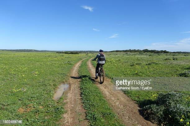 teenager riding an electric mountain bike on a remote country track - sagres foto e immagini stock