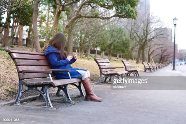 外に座っているティーンエイ ジャー