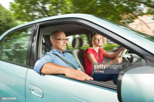 Jugendlicher Student Fahrer fahren mit Erwachsenen, Eltern oder Vater im Beifahrersitz