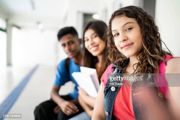 estudantes adolescentes tirando selfie na escola - patio de colegio - fotografias e filmes do acervo
