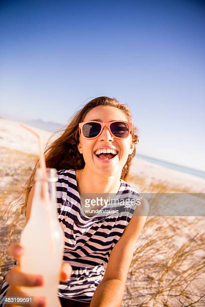 Teenager rösten zu Kamera mit Limonade