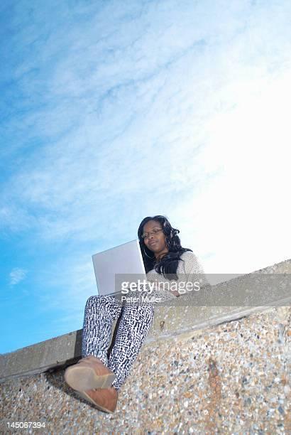 teenager using laptop outdoors - computeranlage stock-fotos und bilder