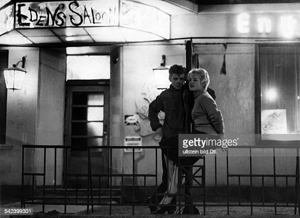 Teenager vor Lokal 'Eden's Saloon' 1959