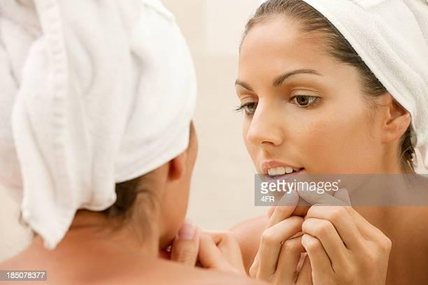 Jugendliche mit Akne Probleme, drücke Hautfleck (XXXL