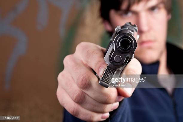 Adolescente con pistola