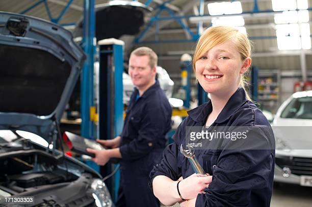 Adolescent travaillant dans le garage